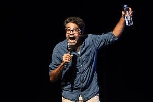 David Batra bjöd på en skrattfest utan dess like när han gästade Folkan teater med föreställningen