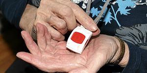 Det finns olika typer av trygghetslarm. Ofta har de en röd knapp som man larmar med.