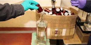 Korkarna sattes på manuellt på de fyllda flaskorna.