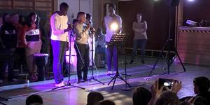 """Jial Gatore, Mokki Biniam och Mathys Bugirimfura framförde låten """"What a wonderful world"""" inför sina skolkamrater."""
