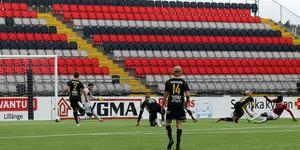Med sitt 12:e och 13:e (på bilden) mål för säsongen såg IFK:s skyttekung Abasi Asedi till att laget iallafall fick en poäng med sig från lördageftermiddagens match mot Friska Viljor.