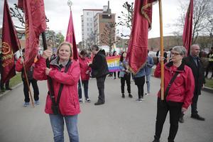 Ann Wester och Åsa Bergkvist från Ludvika Arbetarekommun höll fanorna högt och placerade sig i tågets tätgrupp