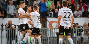Jake Larsson firar tillsammans med resten av laget efter hans reduceringsmål. Foto: Fredrik Karlsson /BILDBYRÅN