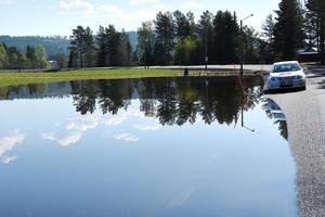 Skyttmon ligger delvis under vatten och  på vägen genom byn råder begränsad framkomlighet.