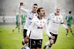 Shpetim Hasani jublar tillsammans med Ahmed Yasin och Kalle Holmberg efter straffmålet som tog ÖSK tillbaka till allsvenskan hösten 2013.