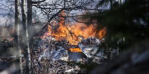 Räddningstjänsten hade inte någon chans att rå på branden – huset var förlorat redan då branden upptäcktes. Ännu flera timmar efter larmet brann delar av huset. Polisen ska, när brandresterna svalnat, försöka utreda orsaken.