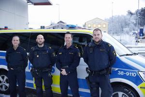 Max Åkerwall tvåa från höger. Med sig har han tre medarbetare, Marika, Magnus och Michael. Åkerwall vill inte säga exakt hur många poliser som jobbar i verksamheten.