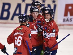 Jonas Edling gjorde två mål och Oscar Wikblad ett när Edsbyn till slut lyckades slå Falu BS med 5–3. Foto: Ulf Palm/TT