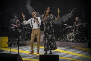 """Jason """"Timbuktu"""" Diakités nya show  redo för Skaraborg. Här sjunger Jason med sångerskan Mira Palme."""