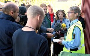Leif Hemmingsson tar emot media under utredningen av mordet på Nathalie Rönnqvist i Njurunda 2003. Arkivbild: Niklas Modig