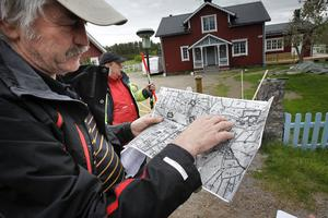 Lantmätare Bengt Engman visar en gammal karta. Han anser att lantmäteriet gjorde fel för sex år sedan och att gränsdragningen måste rättas till.