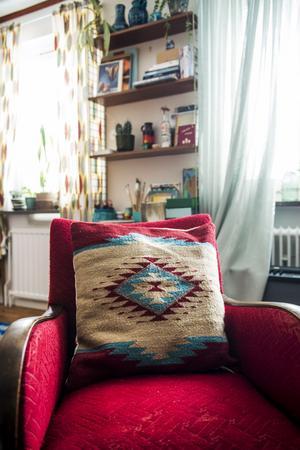 Vid stringhyllan har Miriam en liten arbetsplats.