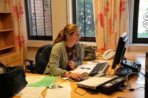 Tisdag kl 9.14. Förutom skriva artiklar till papperstidningen så ska webben uppdateras oavsett var i länet reportern sitter. Sofia Gustafsson, på plats på Linderedaktionen, kollar så att alla bitar följt med ut i cyberrymden.