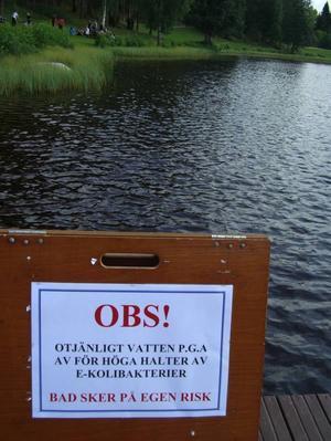 Den som badar i Högbosjön i helgen gör det på egen risk. Högbo Bruk och kommunen införde i går badstopp sedan den höga halten tarmbakterier gjort vattnet otjänligt. Badstopp är det också i Edsviken.