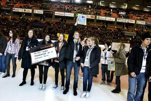 """BORGARSKOLAN SPE1A vann tävlingen för gymnasiet i """"Gästrikland i världen"""" när resultatet presenterades på Läkerol Arena i går kväll.Foto: Britt Mattsson"""