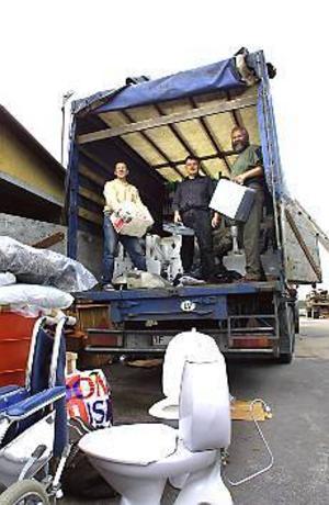 Foto: NICK BLACKMONPackar. Nittio kubikmeter möbler och badrumsinredningar lastade bland andra Petris Ontuzans och Andrejs Umblejs för vidare transport till Cecis i Lettland.