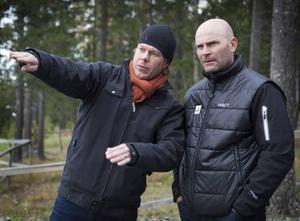 Projektledaren Mathias Fredriksson visar upp VM-stadion för Pierre Mignerey, tävlingschef för längdskidorna inom FIS. Fransmannen berättar också att det inte bara är Fis som avgör framtiden för Östersund. Svenska Skidförbundet har en viktig roll för att förorda vilka orter man vill satsa på.