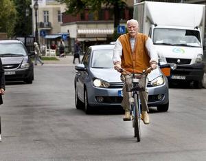 Nytt cykelstråk. Jo, så här är det tänkt att se ut på Kyrkogatan. Bilister och cyklister ska samsas och visa hänsyn. Här är det Olle Sundin, 78 år, som gör som han brukar. Det vill säga cykla genom stan. Han är positiv till det nya cykelstråket.