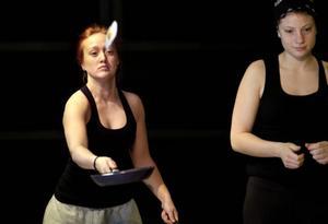 Erika Näsholm och Julia Göransson har repeterat tolv timmar om dagen den senaste veckan. På måndag åker de till Turkiet för att flätas ihop med sång- och dansartister.