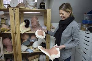 Eva von Bahr visar upp några masker i ateljén som ligger i en källarlokal i Stockholm. En av deras specialiteter är ålderssminkning, vilket Oscarsjuryn uppmärksammat i och med nomineringen för bästa smink och peruk i