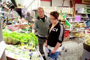 Therese Åslund passar på att handla i Stråtjära när hon hälsar på mamma. Hon och Dennis Söder tycker att det är bedrövligt om affären måste stänga.