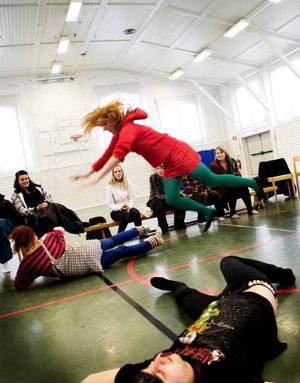 Stagefighting: Andre Olofsson ligger utslagen på golvet medan Isabell Svemark kommer flygande genom luften.