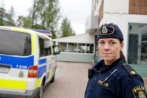–Även om personalen säger att det är ett falsklarm så måste vi ändå gå in och försäkra oss om att det inte finns någon rånare där, säger Veronica Karlsson, polis som anlände till platsen när larmet kom.