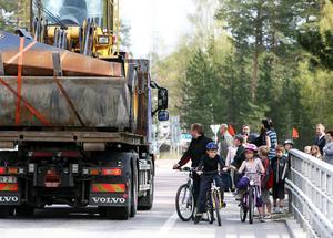 Flygvägen känns allt annat är trafiksäker, tycker föräldrarna i Östanbo, som kräver skolskjuts om inte skolvägen görs säkrare.