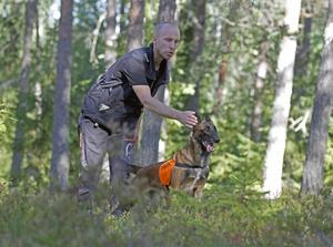 I skogen är Mara helt fokuserad på Erik Wiklunds instruktioner.