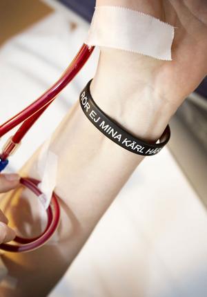 Bollnäsarmbandet kallas plastlänken som talar om för all vårdpersonal att de inte får sticka i armen. De förstör då fisteln som dialysnålarna sitter i.
