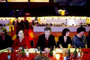 KVINNOTÄTT. Stefan Stentoft var omsluten av de kvinnliga medarbetarna Ingrid Norman, Karin Lothström och Ann Eriksson från barn och ungdoms sjukvården. Och så såg det ut runt flera av borden på landstingets julfest.