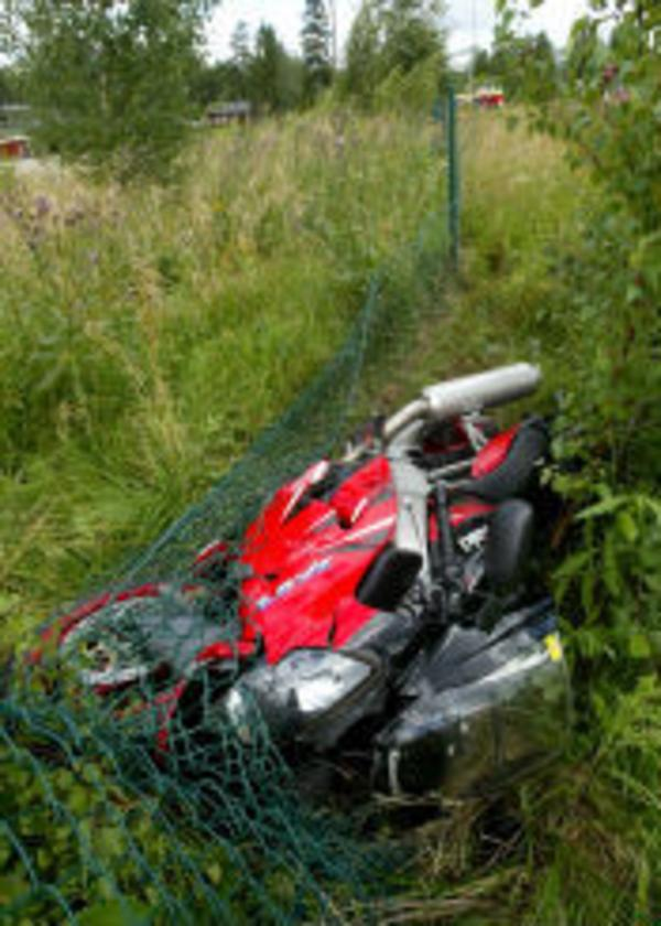 Motorcykeln fortsatte 130 meter på vägen efter det att föraren kastats av.