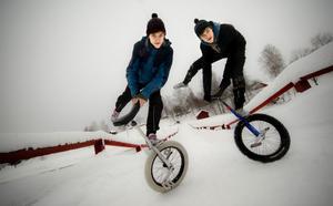 När tvillingbröderna är lediga kopplar de av och tränar hemma i Österfors, här på Österfors flottbro.