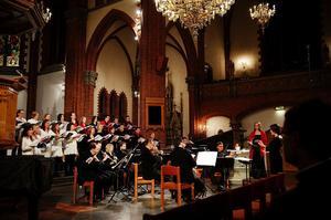 Fast svensk folkton var ett starkt inslag i Fredrik Sixtens juloratorium är detta konstmusik med inslag också av modernism. Trots jultexternas mörka inslag slutar kören med jubelropet