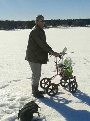 Karl-Erik Holmberg, ursprungligen från Vängel men numera Strömsundsbo, tog sig långt ut på isen med sin rollator för att fiska – mitt under strålande vårsol.