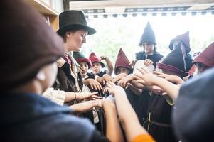 Ledaren Lisa Nordemo aktiverar barnens trollstavar så att de ska kunna trolla under lajven.