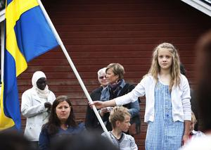 Johanna Färlin i sexan var fanbärare åt barnen i lågstadiet.