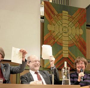 På Humör. Samfundsminister Stefan Attefall (KD) deltog vid en paneldebatt i Vasakyrkan i går kväll. Foto: Anna Levin