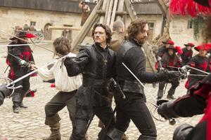 """Det bjuds på mycket fäktning. Naturligtvis också i den senaste filmatiseringen av Dumas """"De tre musketörerna"""". Luke Evans och Matthew MacFadyen spelar vapenbröderna Aramis och Athos.                                                    Foto: SF"""