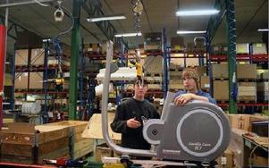 Daniel Eriksson och Christian Wanke monterar ihop ergometercyklarna som sedan ska levereras ut i vida världen. FOTO:LEIF OLSSON