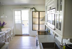Att riva den del av köksväggensom var närmast altandörren och öppna upp till vardagsrummet var det första Andreas Jakobsson och Jenny Eriksson gjorde. De satte igång med det samma dag som de fick nyckeln.