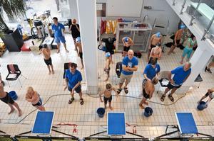 Det krävs många funktionärer för att få ihop en simtävling, här ser vi några av dem i arbete.