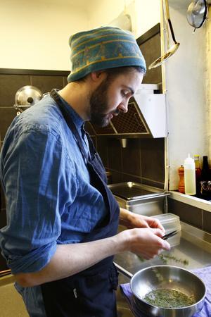 Gustav Öhman förbereder granbarrsparfait.