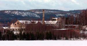 Hallstanäs. Fiberbankarna på botten utanför den nerlagda fabriken innehåller höga halter av kvicksilver.