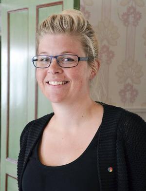 Therese Zetterman (S) från kommunstyrelsen gläds åt att ungdomarna får fria resor.