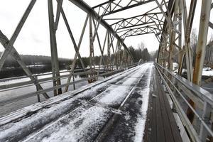Oxbergsbrons gamla stålkonstruktion är så illa angripen av rost att den nu är helt stängd för trafik.