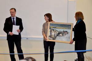 Hans Green, vd för Bergs hyreshus, lämnade över en tavla till förskolechefen Erika Forseth och rektorn Cecilia Medalen.