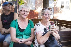 Anki Jonsson och Ulla Eriksson, båda Östersund, undersöker Emma Wollenhaupts varor.   – Min momma hade parfymen 4711, säger Anki Jonsson och fortsätter:   – Doften tar en tillbaka. Pastillerna känner jag också igen.