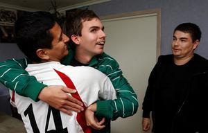 Jesper Levin får hjälp av de personliga medhjälpare Jaird Castro till vänster och Terje Hartveit.