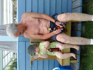 Albin 1 ½ år och morfar Conny, sitter på kusinens nybyggda ölstol! Hannes byggde den till morfar så han kan grilla och dricka öl samtidigt!